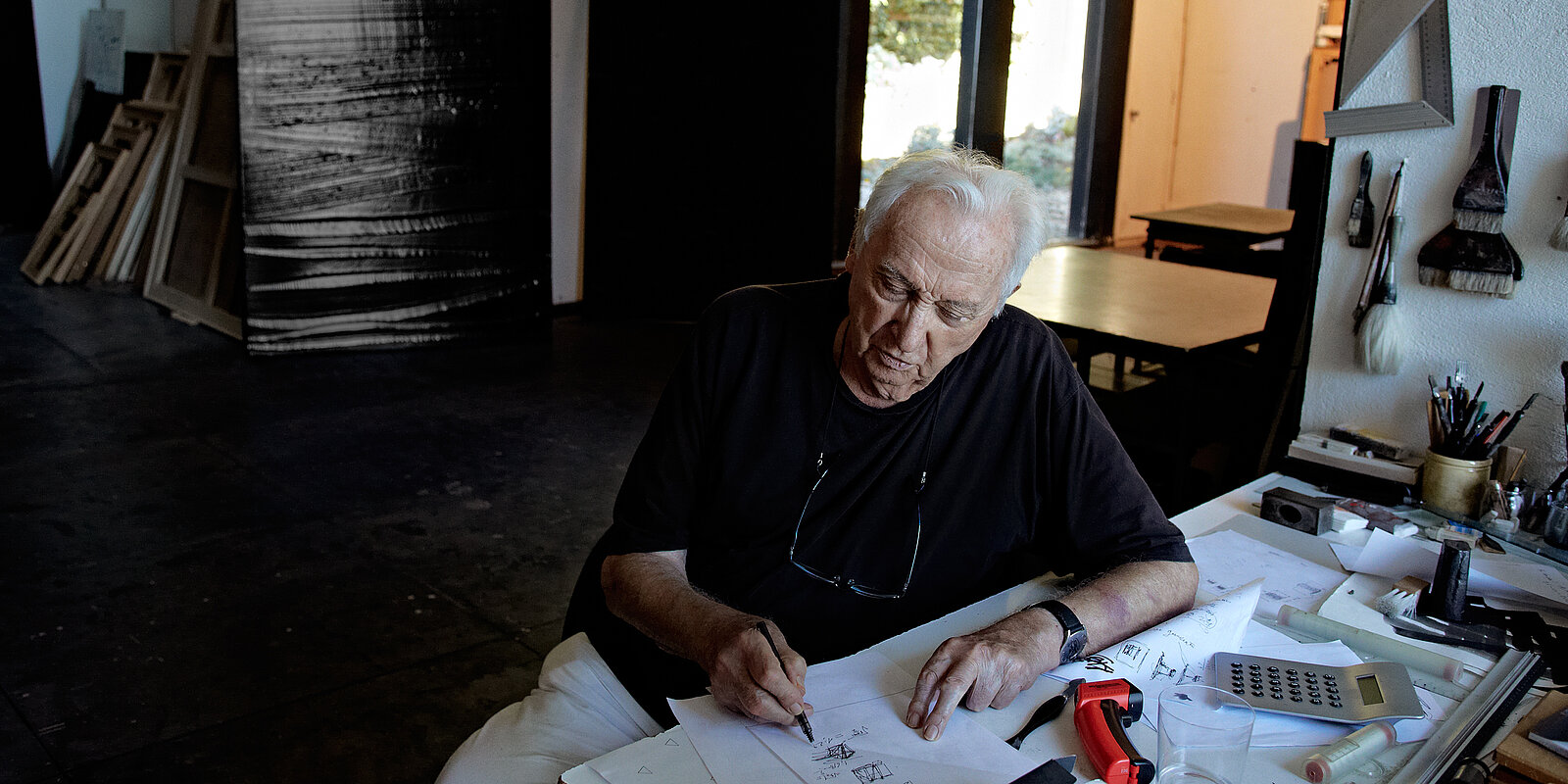 Pierre Soulages in seinem Studio, Paris 2015. Foto: Vincent Cunillère