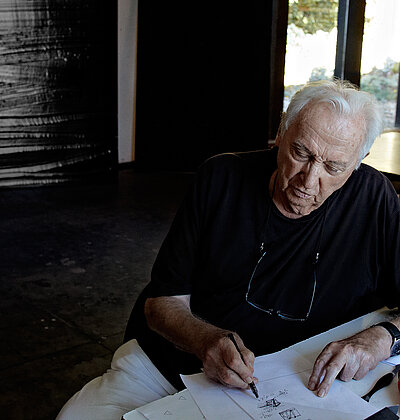Pierre Soulages dans son atelier, Paris 2015. Photo: Vincent Cunillère